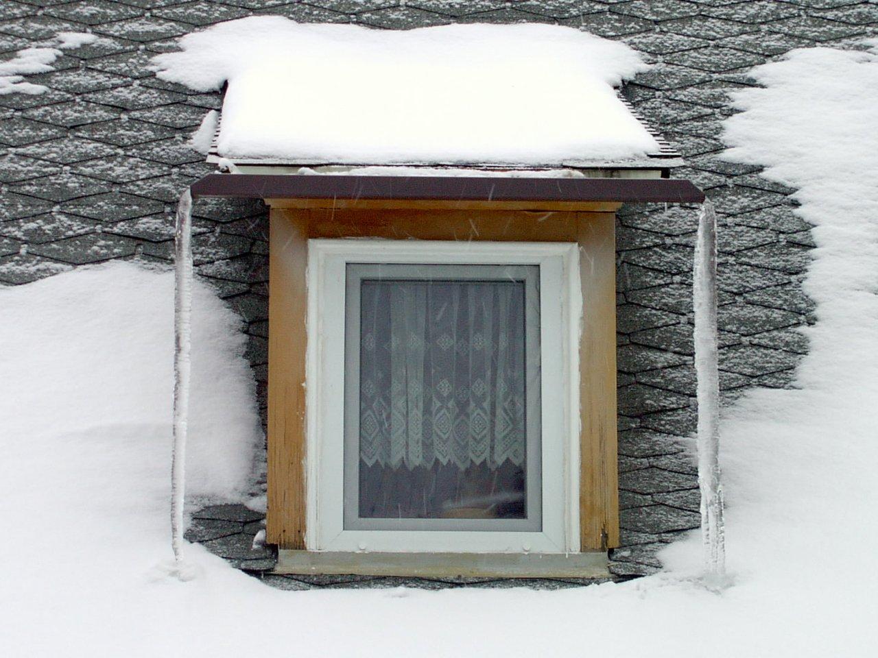 Fenster mit Eiszapfen am Pi-Tag